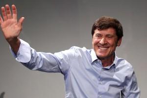 Gianni Morandi fa un applauso con le sue grandi mani: raffiche di vento in tutta Italia