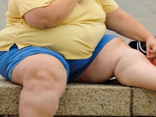 Ragazza obesa tenta il suicidio buttandosi giù. Si salva perché si incastra nella finestra.