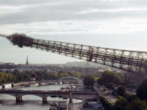 Forti raffiche di vento a Parigi: crolla la Torre Eiffel.